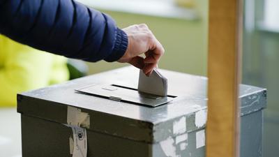 Ein Wählerin wirft in einem Wahllokal ihren Stimmzettel in die Wahlurne. Bürgerinnen und Bürger in Baden-Württemberg sind zur Wahl eines neuen Landtages aufgerufen.