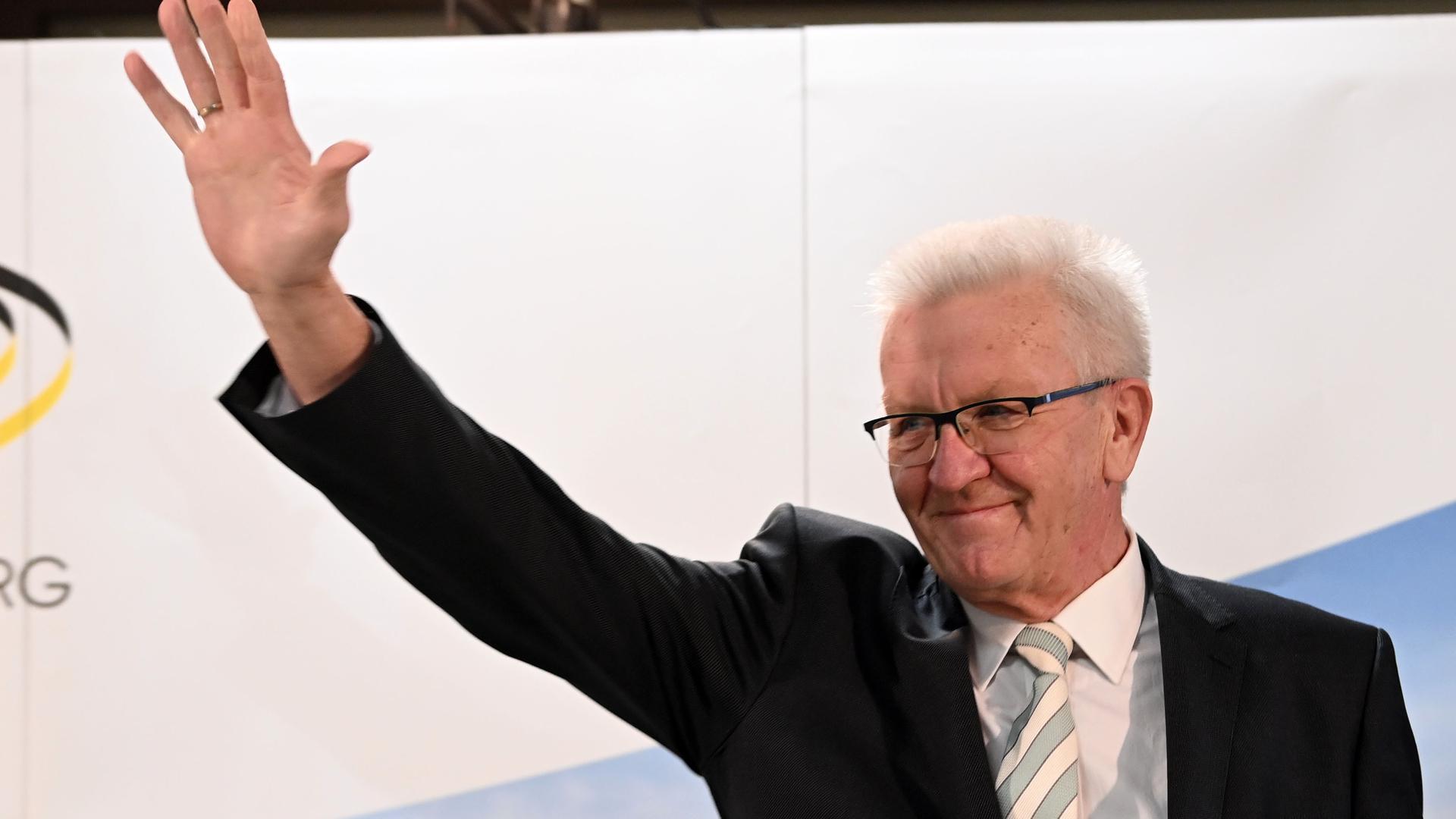 Winfried Kretschmann (Bündnis 90/Die Grünen), Ministerpräsident von Baden-Württemberg und Spitzenkandidat der Grünen, winkt nach der Bekanntgabe erster Ergebnisse der Landtagswahlen in Baden-Württemberg.