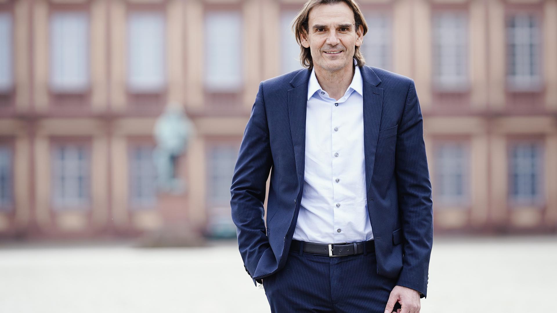 Andreas Stenger, Polizeipräsident im Polizeipräsidium Mannheim, steht vor dem Mannheimer Schloss.