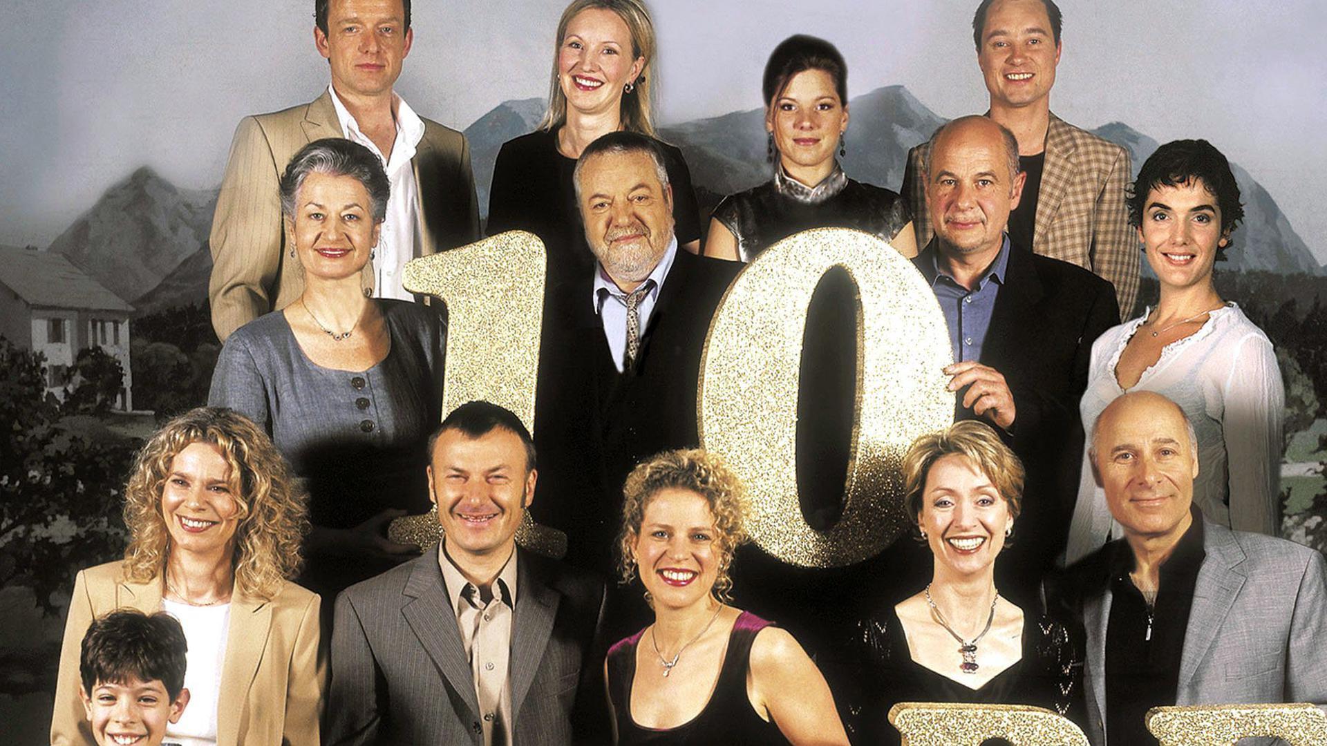 """Die SWR-Schwarzwaldfamilie """"Die Fallers"""" mit (1. Reihe v.l.) Alessio Hirschkorn (vorne), Christiane Bachschmidt, Peter Schell, Christiane Brammer, Martina Servatius, Edgar M. Marcus und (2. Reihe v.l.) Ursula Cantieni, Wolfgang Hepp, Thomas Meinhardt, Anne von Linstow sowie (3. Reihe v.l.) Karsten Dörr, Katarina Klaffs, Tanja Schmitz und Oliver Baierl. Vor zehn Jahren, am 25. September 1994, wurde die erste Folge der Schwarzwald- Familienserie ausgestrahlt. dpa/lsw (zu lsw 7203 vom 07.09.2004)"""
