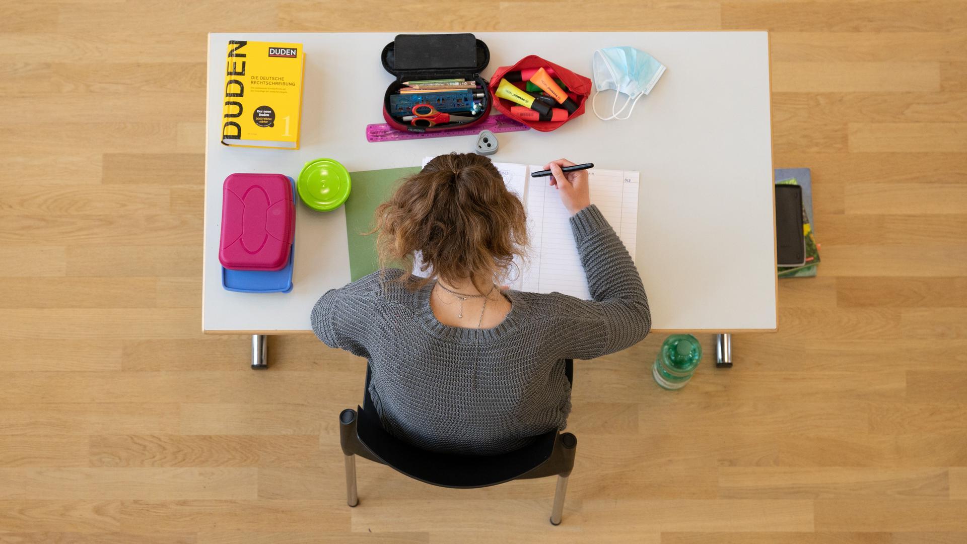 Eine Schülerin sitzt während der Abiturprüfung im Fach Biologie in der Aula im Sorbischen Gymnasium Bautzen auf ihrem Platz. +++ dpa-Bildfunk +++