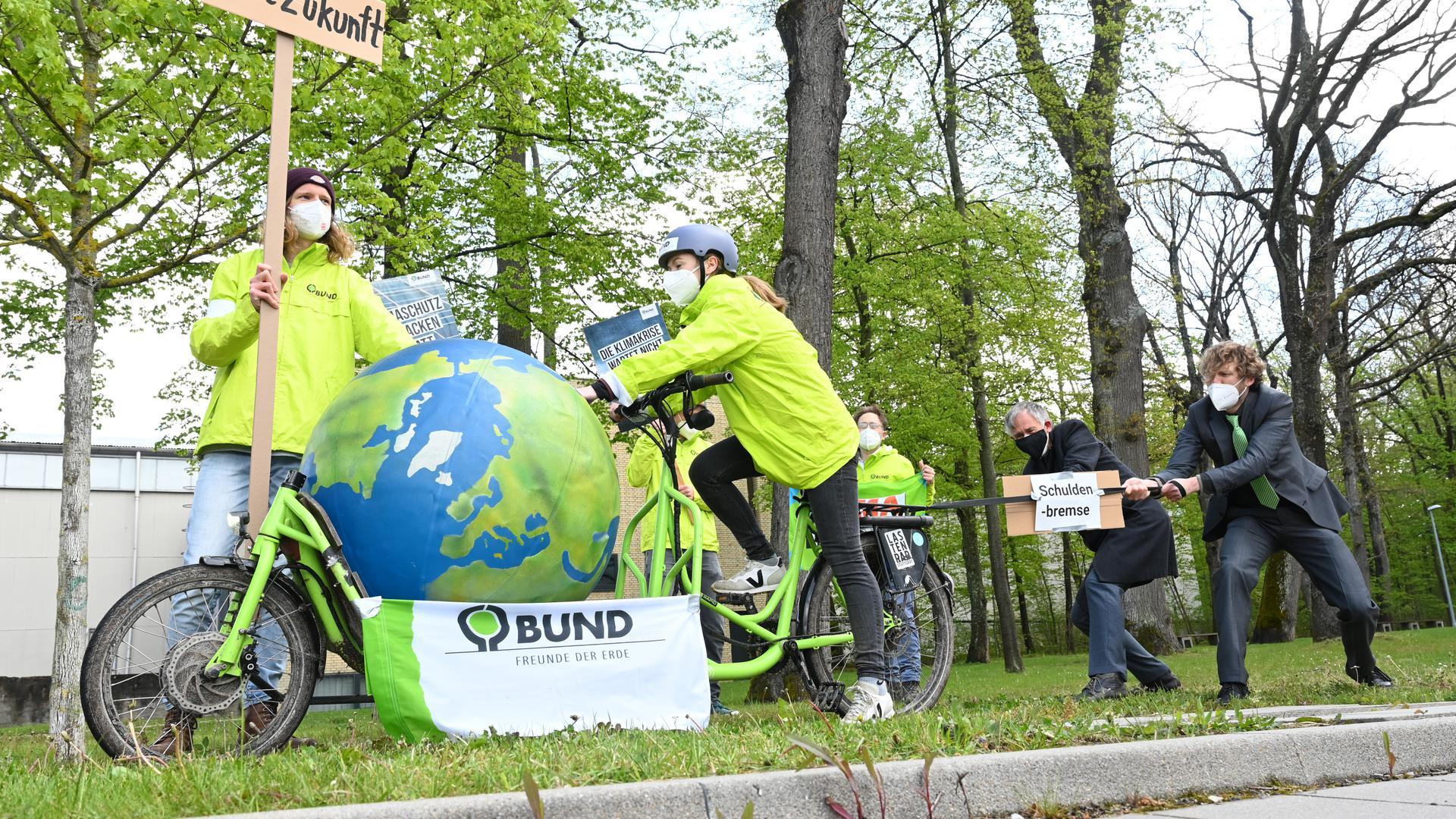 Für eine gesunde Umwelt: Mitglieder der Umweltschutzorganisation Bund demonstrieren vor der Vorstellung des Koalitionsvertrags der grün-schwarzen Landesregierung. Der Klimaschutz spielt darin auch eine große Rolle.