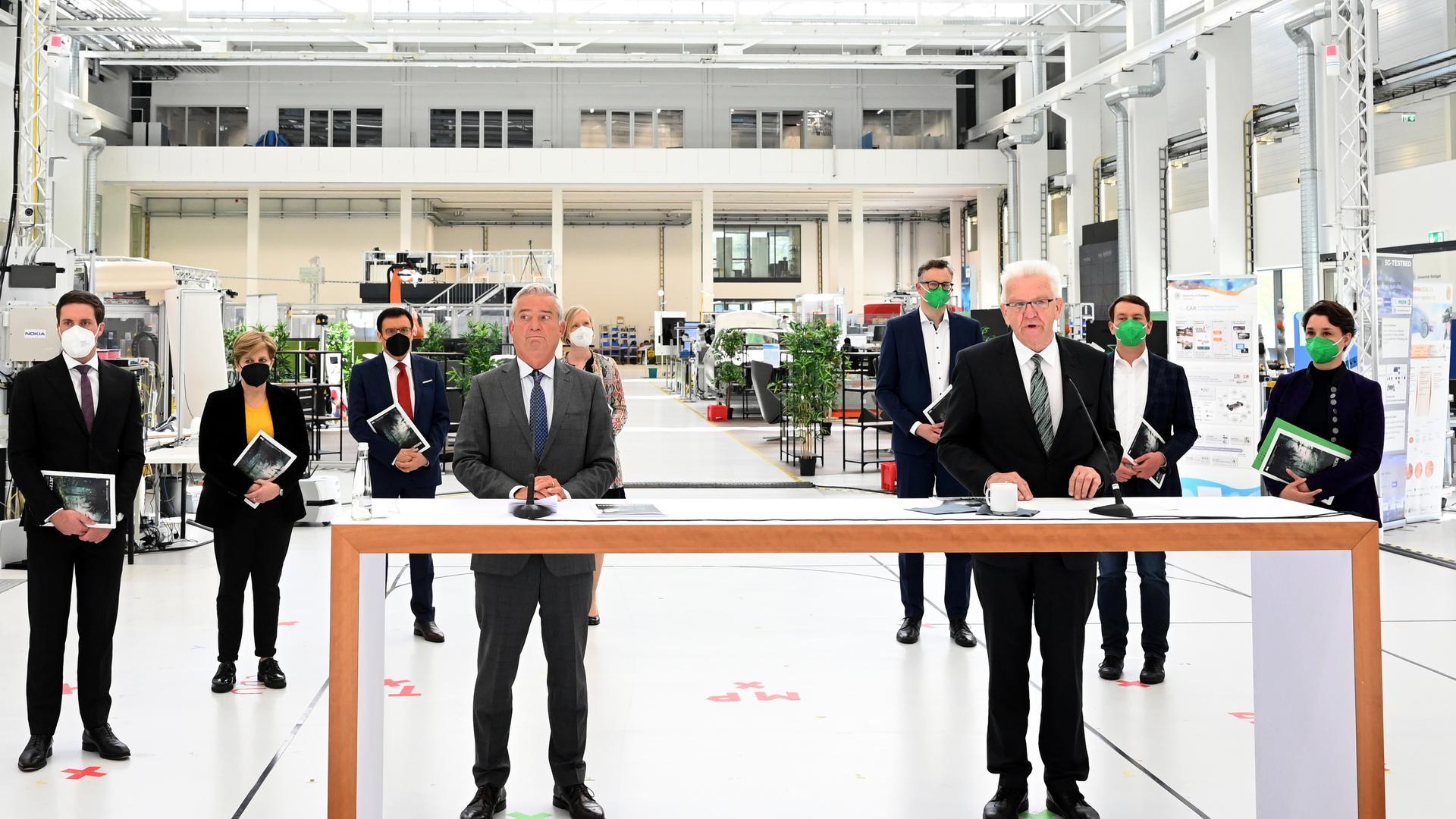 Ministerpräsident Winfried Kretschmann (vorne r, Grüne) und der stellvertretende Ministerpräsident Thomas Strobl ( vorne l, CDU) stellen den Koalitionsvertrag der neuen grün-schwarzen Landesregierung in Baden-Württemberg vor.