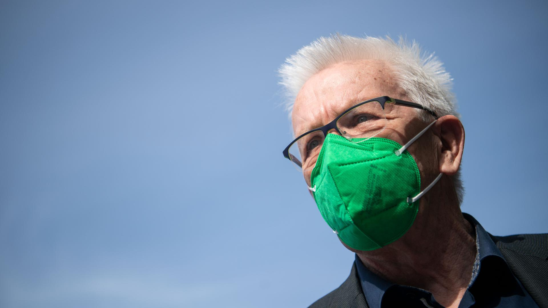 Winfried Kretschmann (Bündnis 90/Die Grünen), Ministerpräsident von Baden-Württemberg, kommt mit einer grünen FFP2-Maske zum Online-Parteitag von Bündnis 90/Die Grünen Baden-Württemberg. Es soll über den Koalitionsvertrag von Grünen und CDU debattiert und abgestimmt werden.