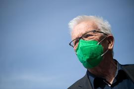 Winfried Kretschmann (Bündnis 90/Die Grünen), Ministerpräsident von Baden-Württemberg, kommt mit einer grünen FFP2-Maske zum Online-Parteitag von Bündnis 90/Die Grünen Baden-Württemberg. Es soll über den Koalitionsvertrag von Grünen und CDU debattiert und abgestimmt werden. +++ dpa-Bildfunk +++