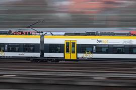 Ein Regionalzug des privaten Bahnbetreibers Abellio fährt vor dem Stuttgarter Hauptbahnhof. (zu dpa «Verkehrsminister verärgert über Forderungen angeschlagener Abellio») +++ dpa-Bildfunk +++