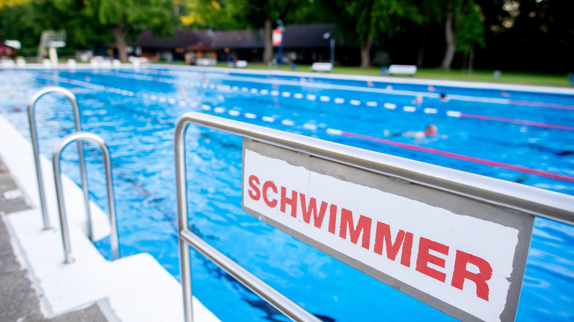 """Ein Schild mit der Aufschrift """"Schwimmer"""" steht am frühen Morgen an einem Becken im Kleefelder Bad. +++ dpa-Bildfunk +++"""