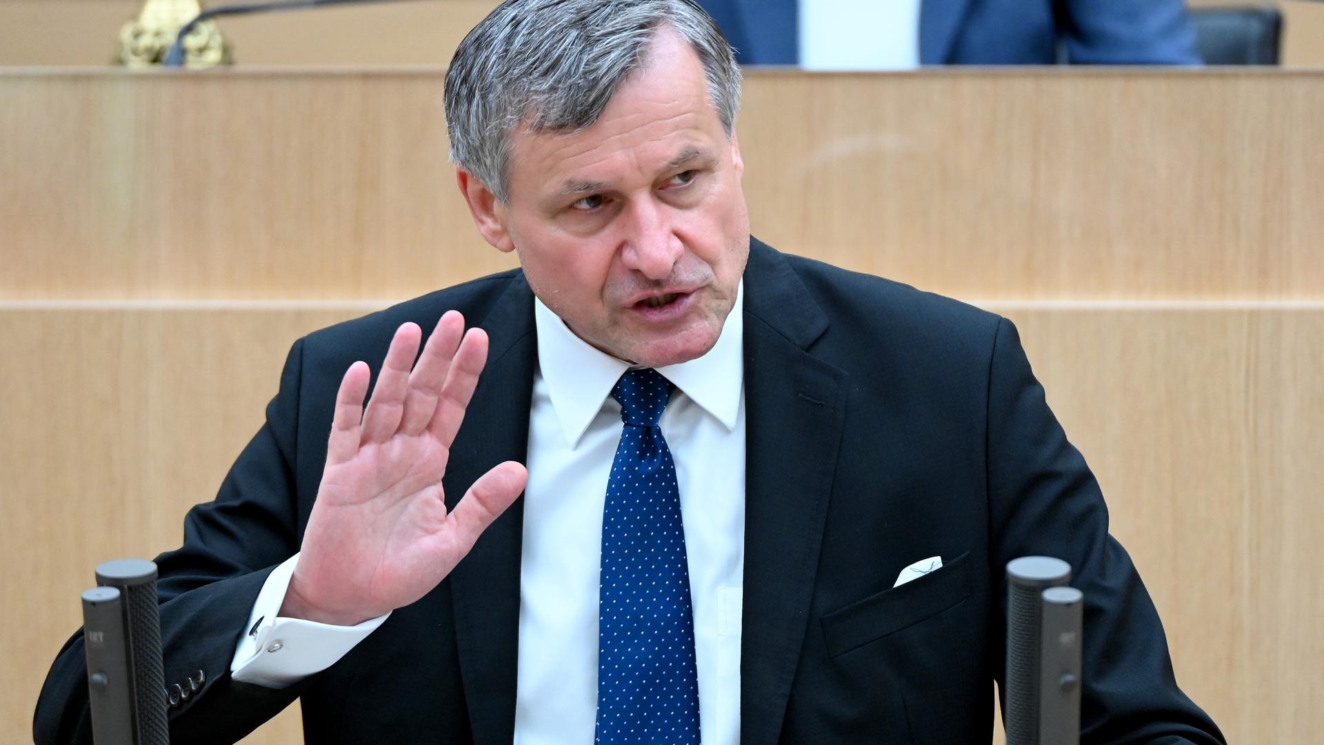 Hans-Ulrich Rülke, FDP-Fraktionsvorsitzender im Landtag von Baden-Württemberg spricht bei einer Landtagssitzung, bei einer Debatte zu Rekordverschuldung, Rekordzahl von Staatssekretären und neuen Stellen in den Ministerien.