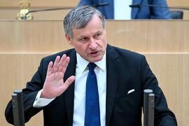 Hans-Ulrich Rülke, FDP-Fraktionsvorsitzender im Landtag von Baden-Württemberg spricht bei einer Landtagssitzung, bei einer Debatte zu Rekordverschuldung, Rekordzahl von Staatssekretären und neuen Stellen in den Ministerien. +++ dpa-Bildfunk +++
