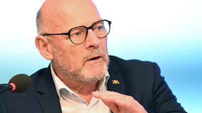 In der Kritik: Verkehrsminister Winfried Hermann hat Ärger wegen der Beschaffung neuer Schienenfahrzeuge.