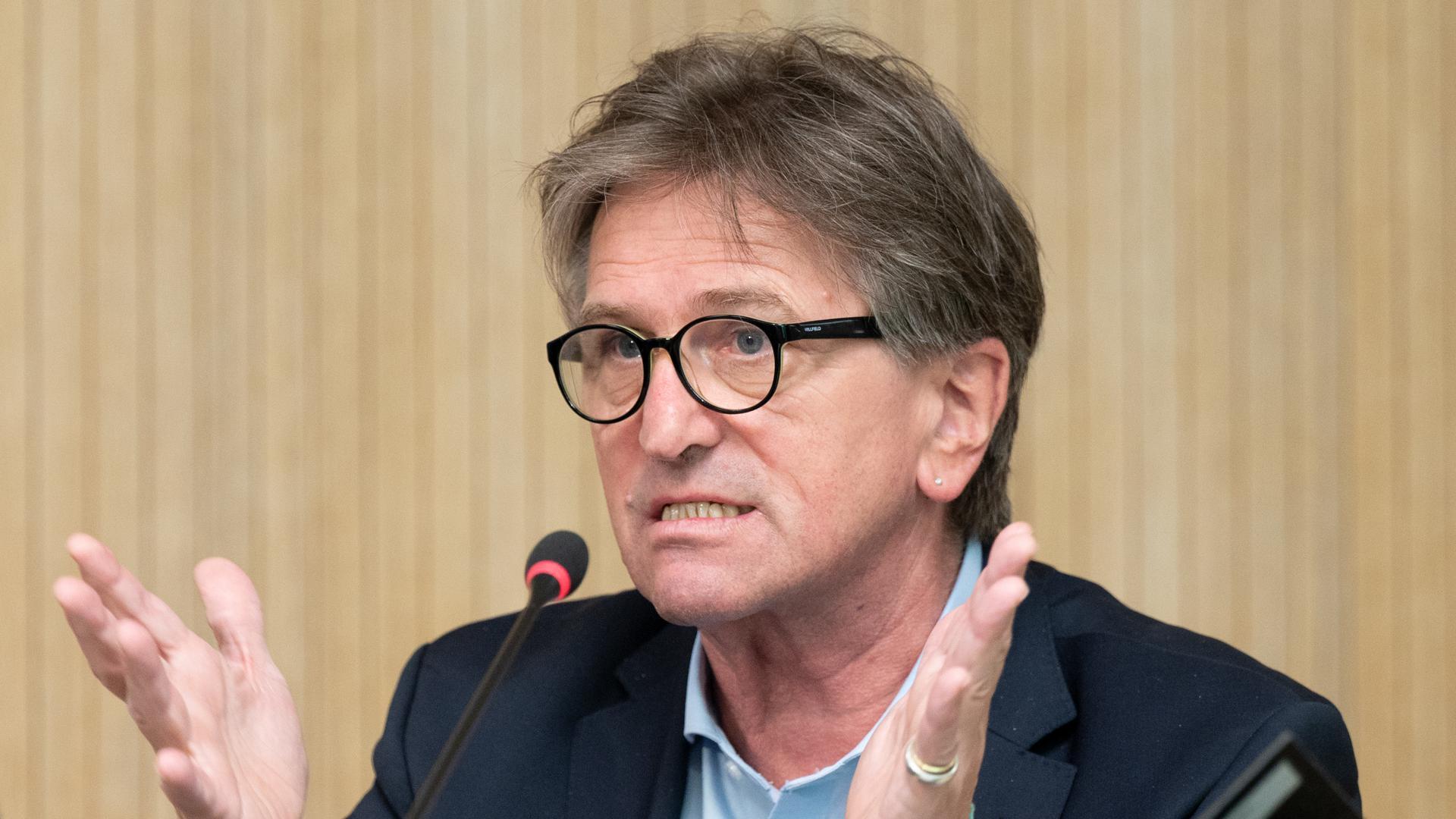 Manfred Lucha (Bündnis 90/Die Grünen), Minister für Soziales und Integration in Baden-Württemberg, antwortet in einer Regierungs-Pressekonferenz auf Fragen von Journalisten. +++ dpa-Bildfunk +++