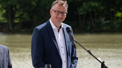 Andreas Schwarz, Fraktionsvorsitzender von Bündnis 90/Die Grünen im Landtag von Baden-Württemberg, nimmt an einer Pressekonferenz in einem gastronomischen Betrieb am Neckar teil.