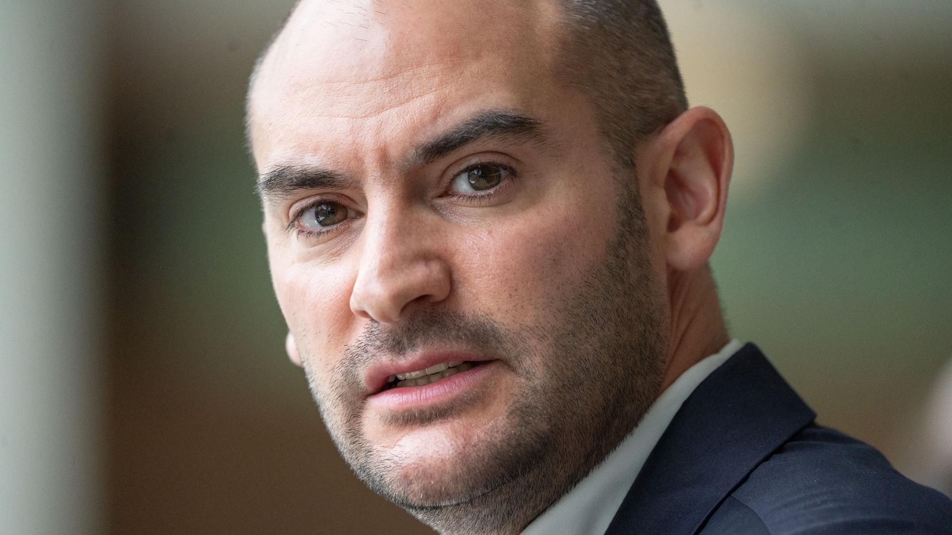 """Zufrieden: Danyal Bayaz, Finanzminister von Baden-Württemberg, ist nach eigener Aussage in seinem neuen Amt voll angekommen. Er sagt: """"Mir macht die Aufgabe und die Verantwortung Freude."""""""