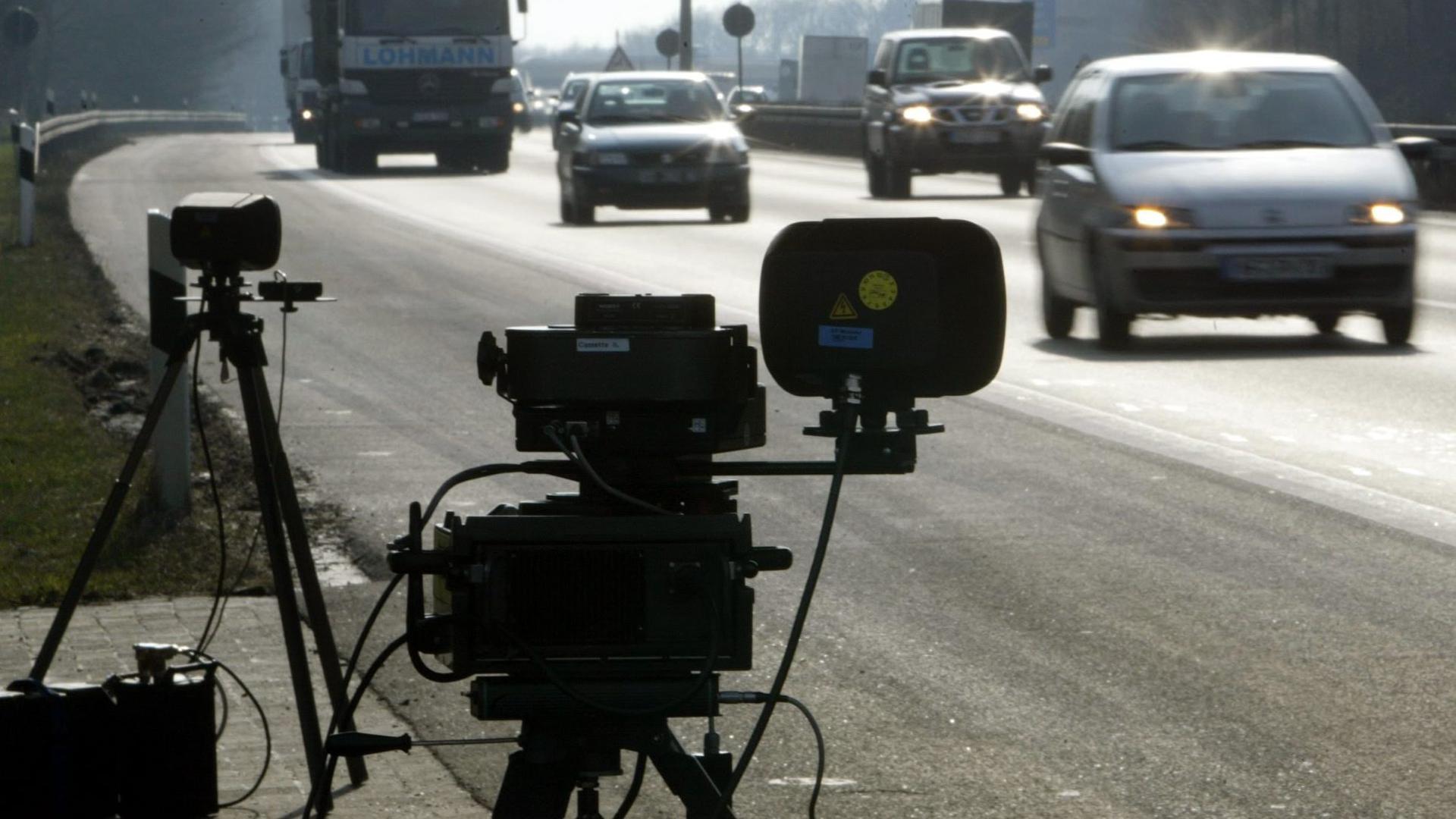 ARCHIV - Eine mobile Radaranlage der Polizei für eine Geschwindigkeitskontrolle mit einem zweiten Blitz zur besseren Ausleuchtung steht an der Autobahn A1 bei Münster (Archivfoto vom 01.03.2004). Raser und Drängler rücken in Baden-Württemberg künftig noch stärker ins Visier der Verkehrspolizei: Landespolizeipräsident Erwin Hetger kündigte an, dass die offene und verdeckte Überwachung auf allen Straßen von diesem Frühjahr an kräftig ausgebaut wird. Foto: Bernd Thissen dpa/lsw (zu lsw-THEMA DES TAGES vom 03.02.2008) +++(c) dpa - Bildfunk+++