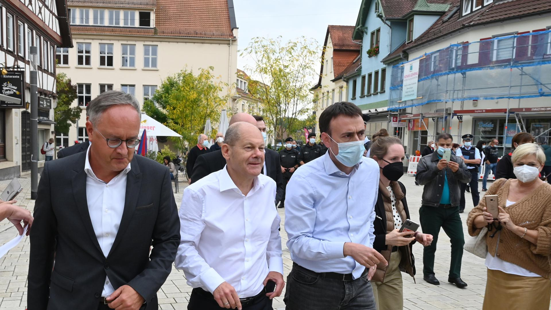 Endspurt: SPD-Kanzlerkandidat Olaf Scholz (Mitte) macht zusammen mit dem Landesvorsitzenden Andreas Stoch (links) und dessen Vorgänger im Land, Nils Schmid, Wahlkampf in Nürtingen.