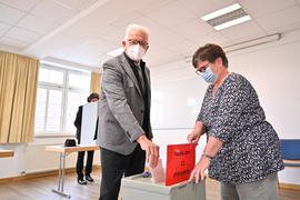 Stimme abgegeben: Winfried Kretschmann, Ministerpräsident von Baden-Württemberg, war nach dem Kirchgang im Wahllokal.