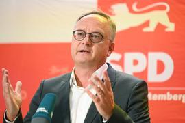 Andreas Stoch, der Landesvorsitzender der SPD Baden-Württemberg, spricht in der Filderhalle in Leinfelden-Echterdingen vor einer Landesvorstandssitzung über dieErgebnisse der Bundestagswahl zu Journalisten. +++ dpa-Bildfunk +++