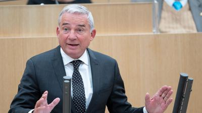 Thomas Strobl (CDU), Innenminister von Baden-Württemberg, nimmt an einer Plenarsitzung des Landtags von Baden-Württemberg teil. Knapp fünf Monate nach dem Start der grün-schwarzen Regierung im Südwesten steht an im Landtag das erste große Gesetzesprojekt zur finalen Abstimmung an. Es ist die Novelle des Klimaschutzgesetzes. +++ dpa-Bildfunk +++