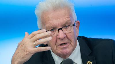 Winfried Kretschmann (Bündnis 90/Die Grünen), Ministerpräsident von Baden-Württemberg, spricht im Landtag bei einer Regierungs-Pressekonferenz. Ein Thema ist das Kompetenzzentrum «Wohnen BW - Prämienkatalog für Kommunen». +++ dpa-Bildfunk +++
