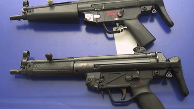 ARCHIV - Sichergestellte Soft-Air-Waffen liegen in einer Polizeiwache in Harburg (Archivfoto vom 30.04.2007). Das Oberlandesgericht (OLG) Karlsruhe hat dem Verkauf so genannter Soft-Air-Waffen an Kinder einen Riegel vorgeschoben. Nach der am Dienstag (26.06.2007) veröffentlichten Grundsatzentscheidung ist der Verkauf dieser Feder- oder Gasdruckpistolen an Minderjährige strafbar, wenn die abgefeuerten Kugeln eine Bewegungsenergie zwischen 0,08 und 0,5 Joule erreichen. Foto: Polizeiinspektion Harburg dpa (zu dpa 0397) +++(c) dpa - Bildfunk+++
