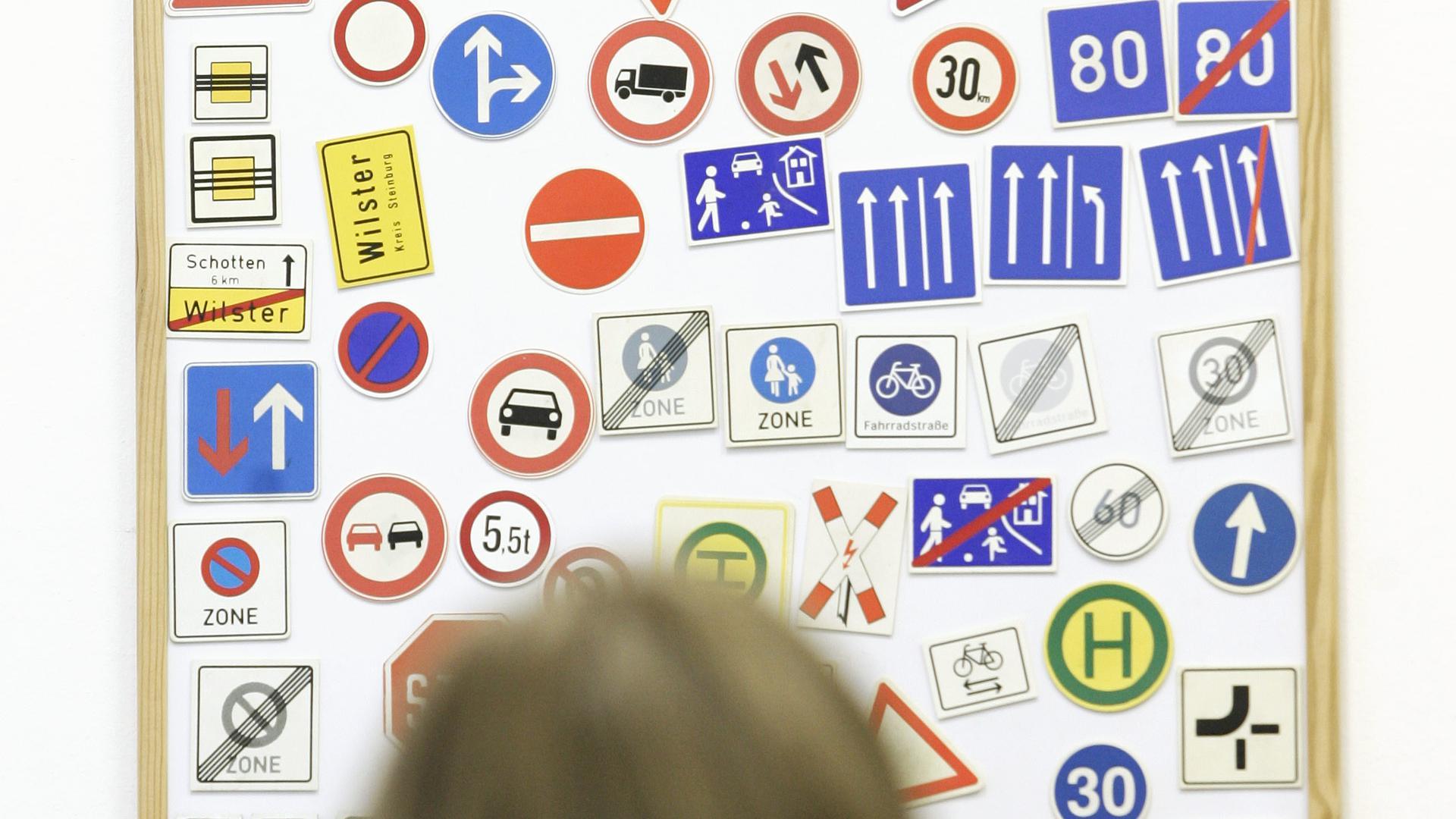 Führerschein Verkehrszeichen Verkehrschilder Fahrschule Foto: Keystone