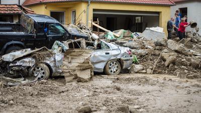 Eine Sturzflut traf im Mai 2016 Braunsbach im Kreis Schwäbisch Hall stark. Retter mussten Schlamm aus den Häusern räumen.
