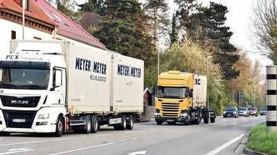 LKWs fahren in Helmsheim an einem Blitzer vorbei (Symbolbild)