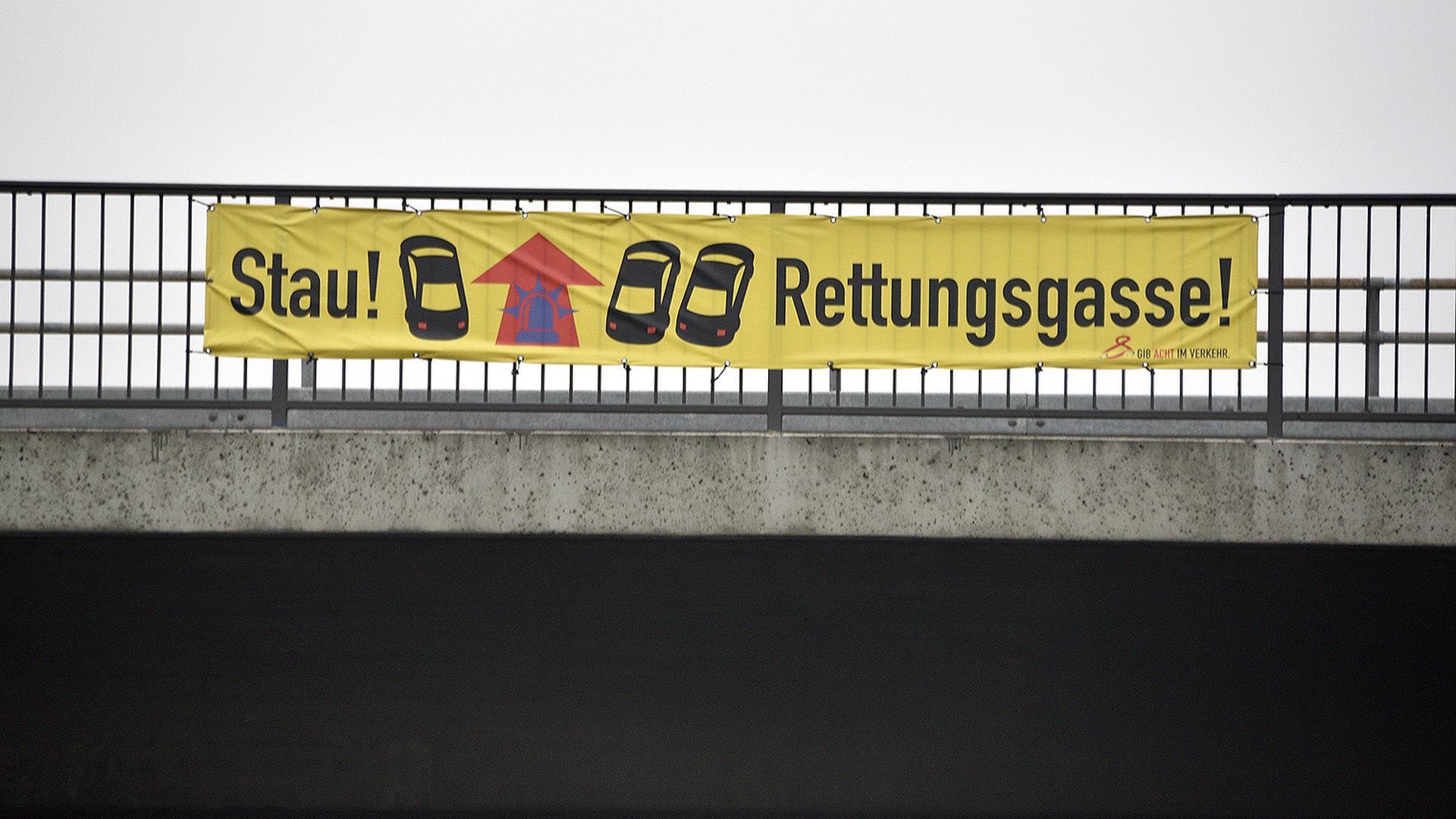 Die Erklärung zur Bildung einer Rettungsgasse am Geländer einer Brücke über die Autobahn 5 (Symbolbild)