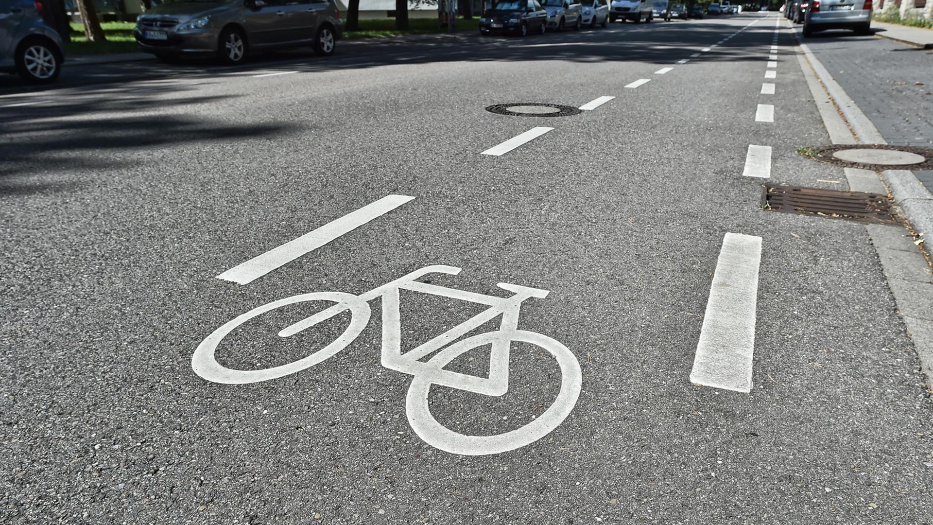 Ein sich am Rande der Fahrbahn befindender Fahrradweg (Symbolbild)