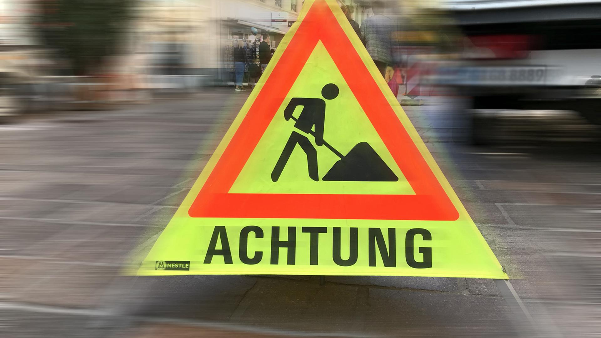Ein gelbes Hinweisschild warnt vor einer Baustelle (Symbolbild)