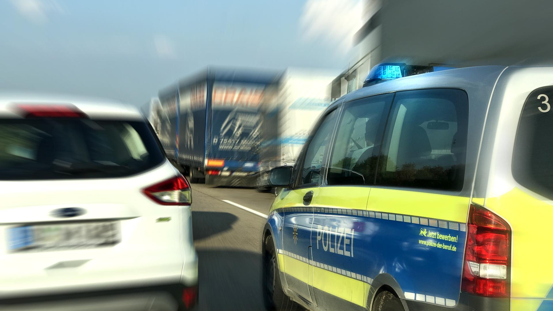 Ein sich im Einsatz befindendes Fahrzeug der Polizei durchfährt die Rettungsgasse (Symbolbild)