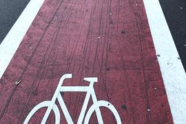 Rot markierter Fahrradweg mit Fahrradsymbol (Symbolbild)