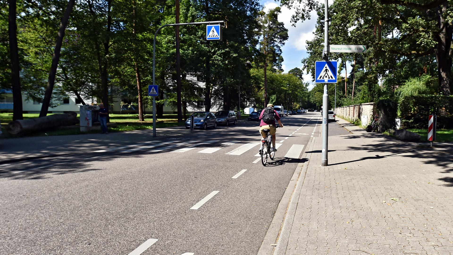 Ein Fahrradfahrer auf dem Fahrradweg vor dem Fußgängerüberweg (Symbolbild)