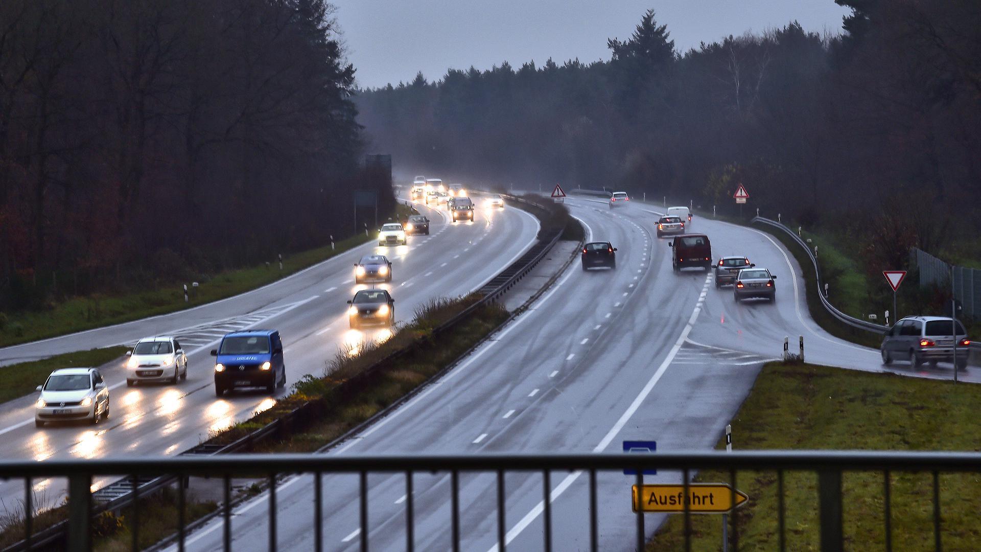 Hauptverkehrszeit auf der B36 in der Dämmerung (Symbolbild)