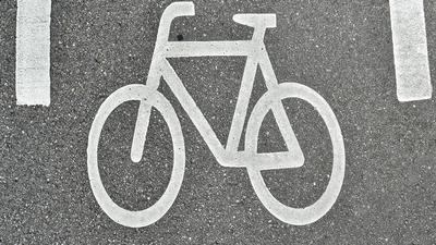 Ein auf dem Boden gekennzeichneter Fahrradweg (Symbolbild)