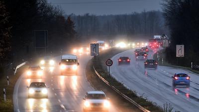 Starker Verkehr im Regen auf der B36 am Abend (Symbolbild)