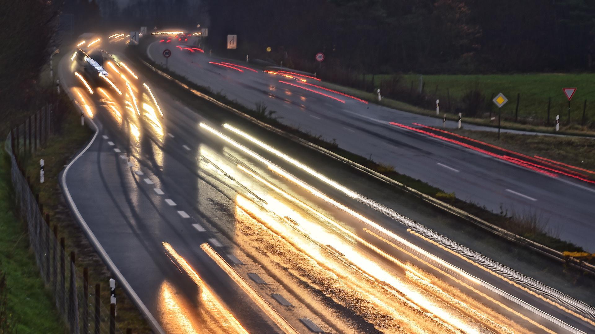 Schimmernde Lichter der Autos auf der nassen Fahrbahn der B36 (Symbolbild)