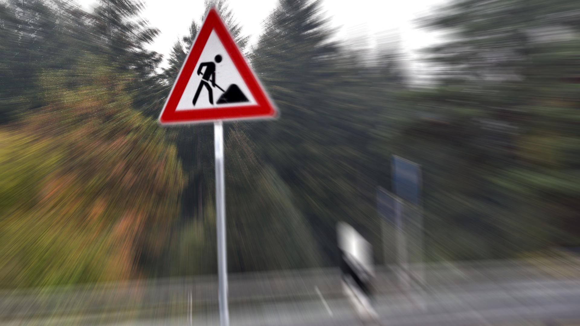 Ein Baustellenschild steht an einer Straße (Symbolbild)