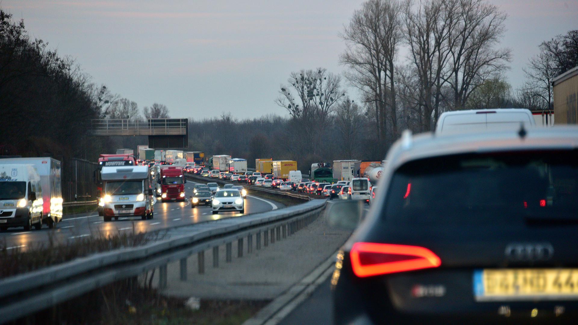 Stau auf der Autobahn in Fahrtrichtung (Symbolbild)