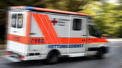 Ein Krankenwagen des DRK im Einsatz (Symbolbild)