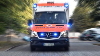 Ein Karlsruher Krankenwagen des Deutschen Roten Kreuzes mit Blaulicht im Einsatz (Symbolbild)