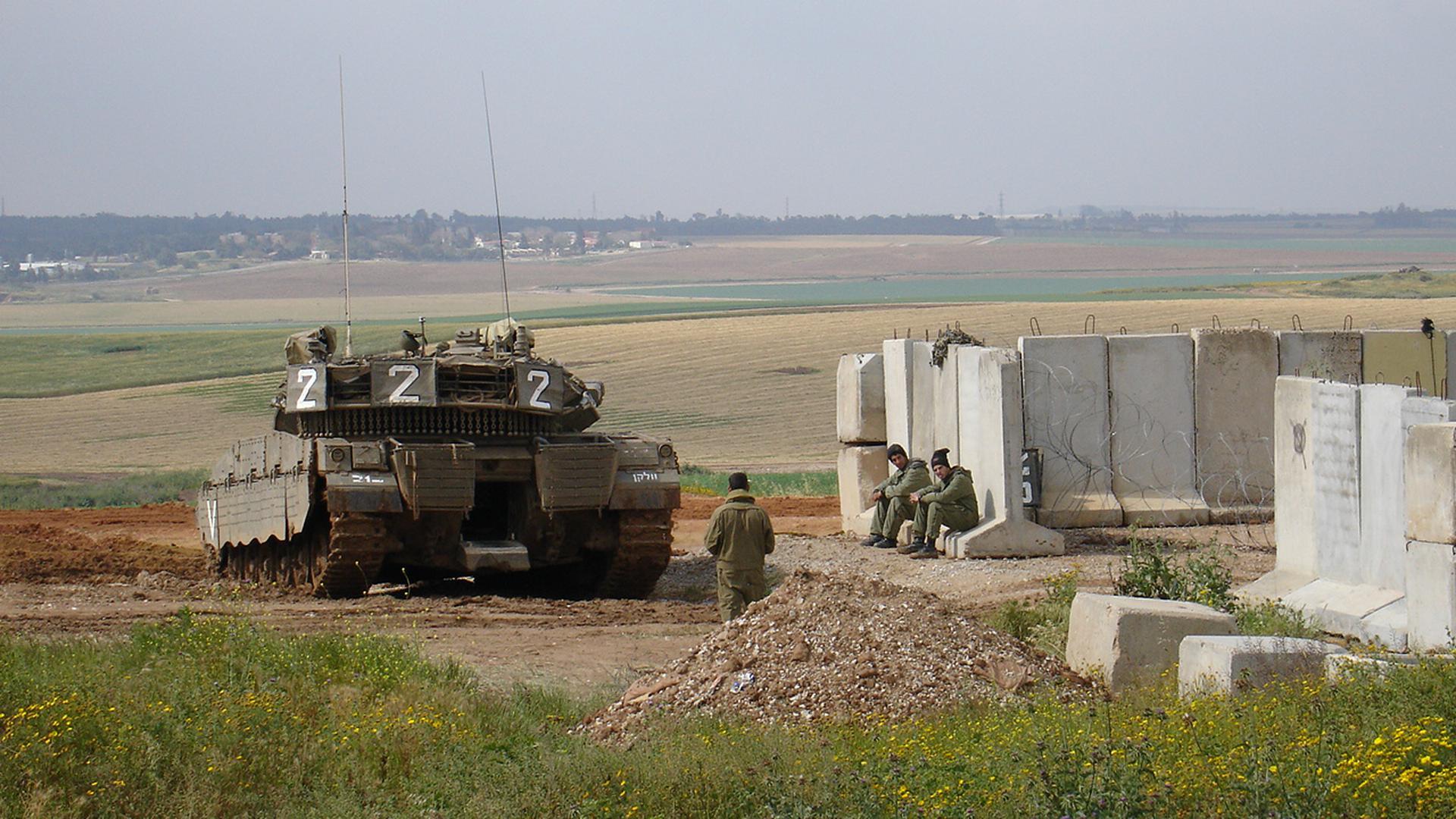 Ein Panzer fährt im Grenzgebiet zum Gazastreifen in der Region Sha'ar Hagenev in Israel.