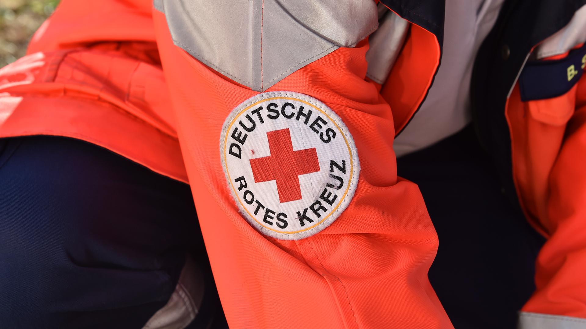Ein Sanitäter des Deutschen Roten Kreuzes im Einsatz (Symbolbild)