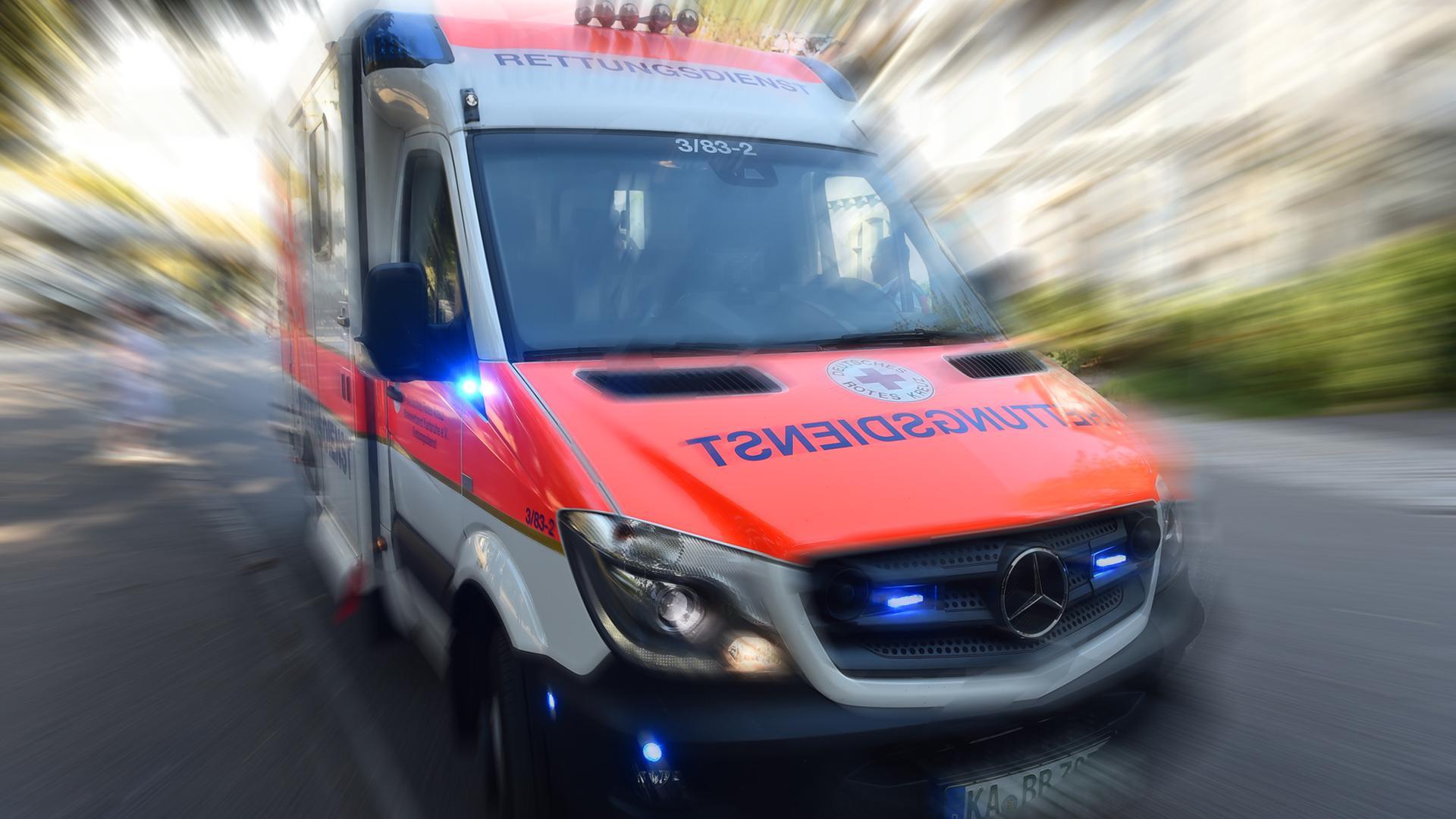 Ein Einsatzfahrzeug des Deutschen Roten Kreuzes mit eingeschaltetem Blaulicht (Symbolbild)