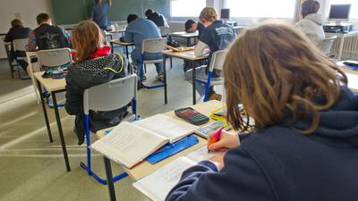 Schüler nehmen an einer Schulstunde teil.