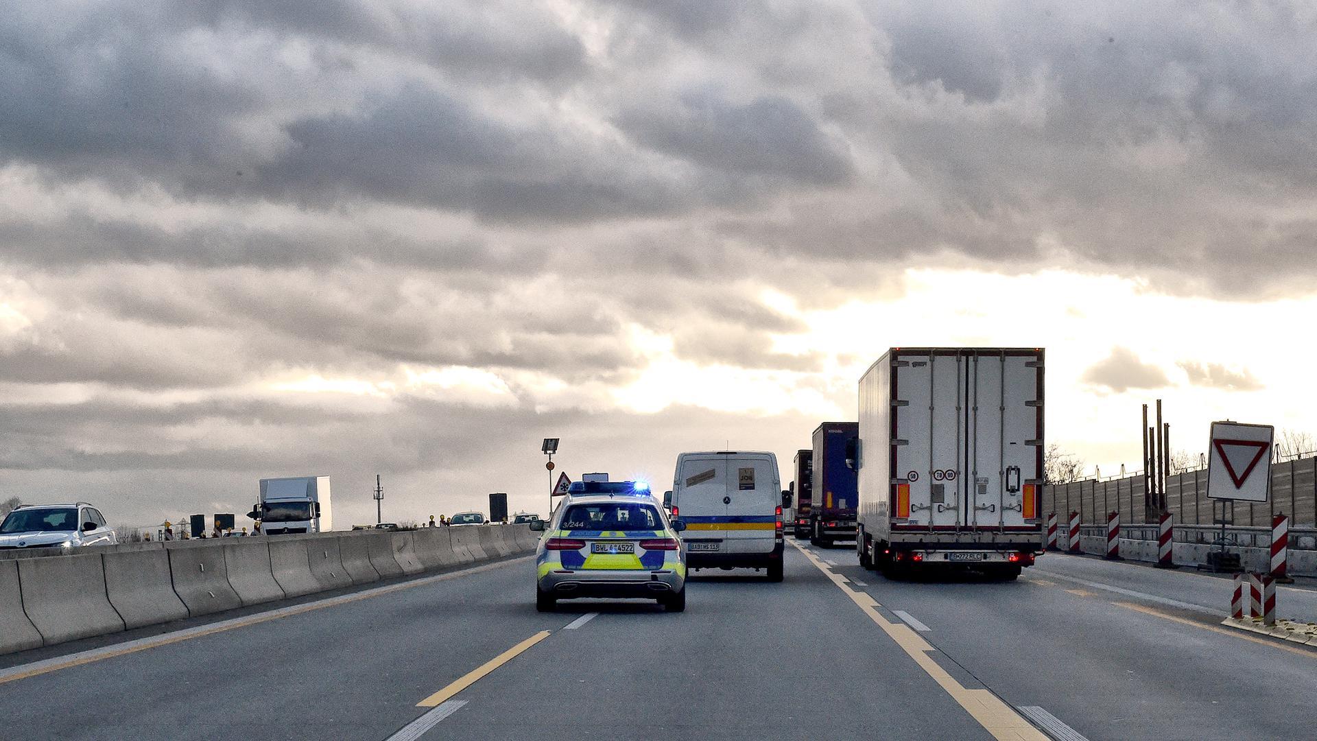 Polizei fährt auf der Autobahn (Symbolbild)