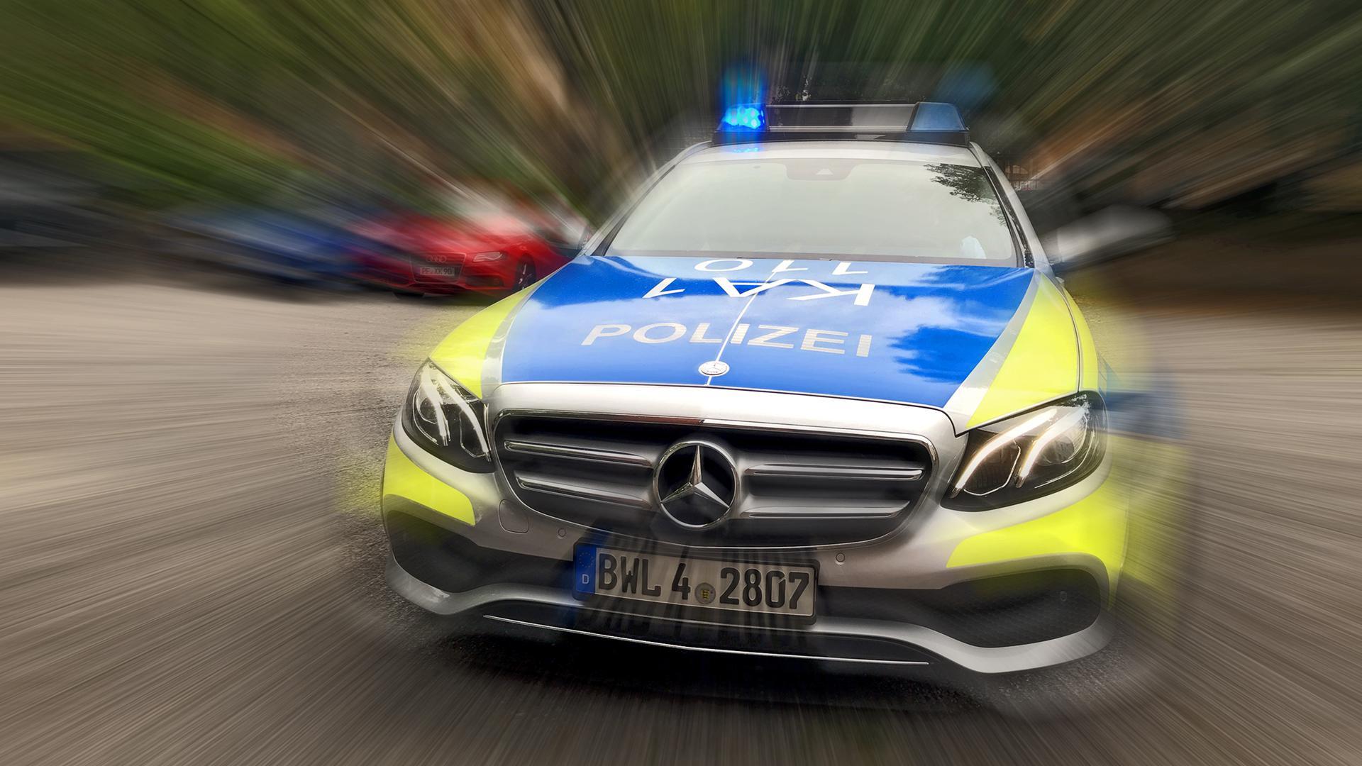 Ein Polizeiuto fährt mit Blaulicht (Symbolbild)