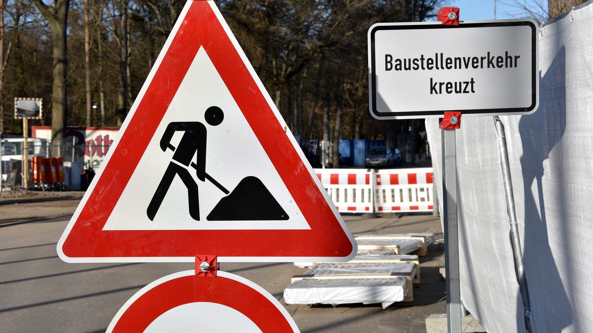 """Ein Schild """"Achtung Bauarbeiten"""" (Symbolbild)"""