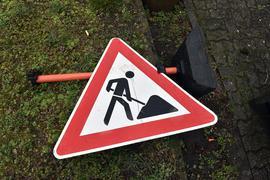 Ein Baustellenschild liegt am Boden (Symbolbild)