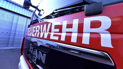 Die Frontscheibe eines Einsatzwagens zeigt den Schriftzug Feuerwehr (Symbolbild).